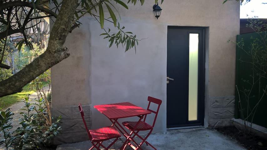 Petite maisonnette avec terrasse