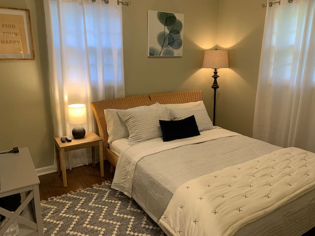 Close to DT GVL, Private Room in Quiet Home