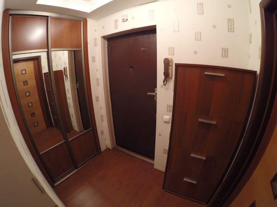 Коридор с большим шкафом для одежды