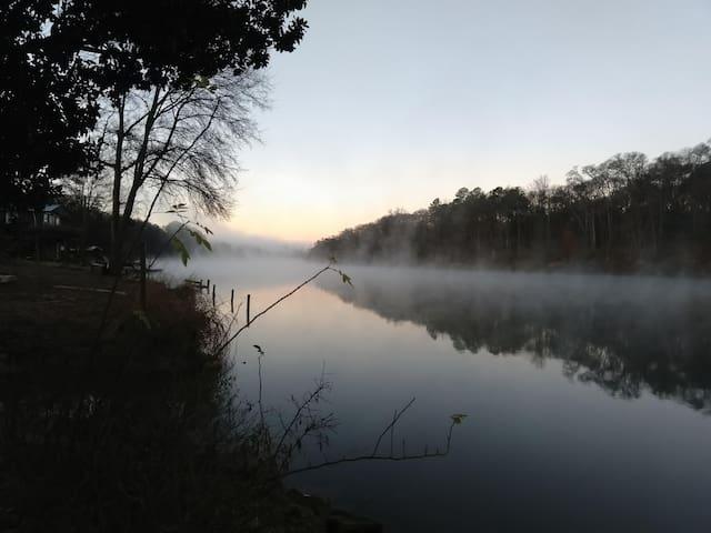 Hidden Riverside Bungalow: Convenient Solitude