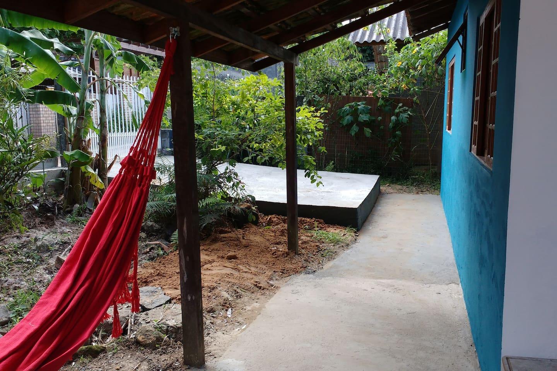 Garagem, varandinha com rede, cozinha equipada, banheiro com chuveiro elétrico, quarto com ar condicionado, cama box, arara e cabides, roupa de cama e banho incluídas.