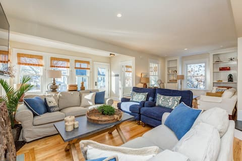 Completely renovated 1900s Bungalow has been featured in magazines and numerous websites and blogs in the US.  Wide open floor plan allows an immense amount of southern sun to stream throughout the house all day long.
