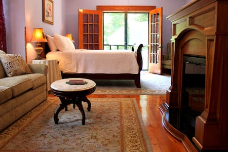 Huge Victorian B&B Suite w/ Balcony, Hot Tub.. - Caro