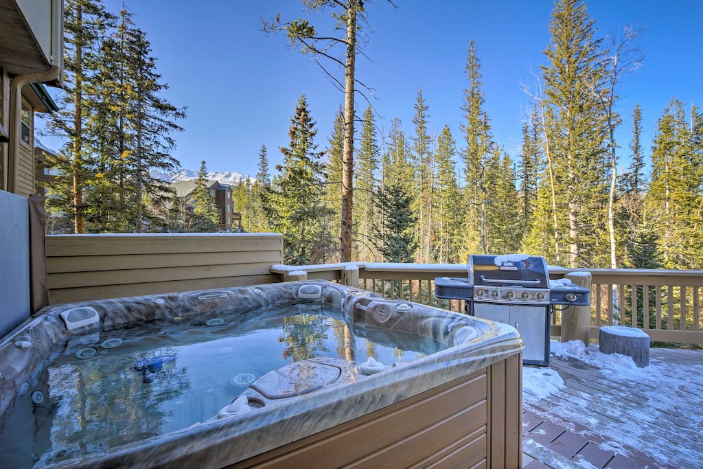 Unwind in the 7-person hot tub as you admire the surrounding beauty.