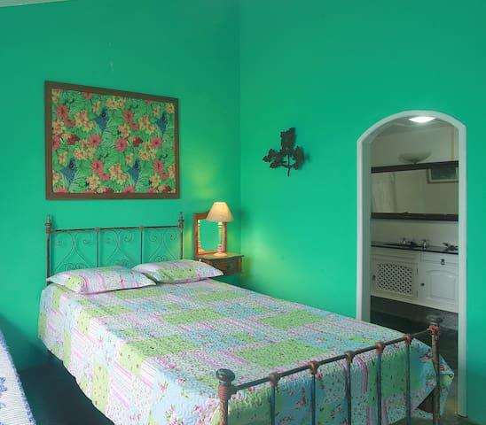 quarto 2 verde com banheiro ar condicionado .