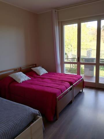 Camera con 3 letti singoli dell'appartmento