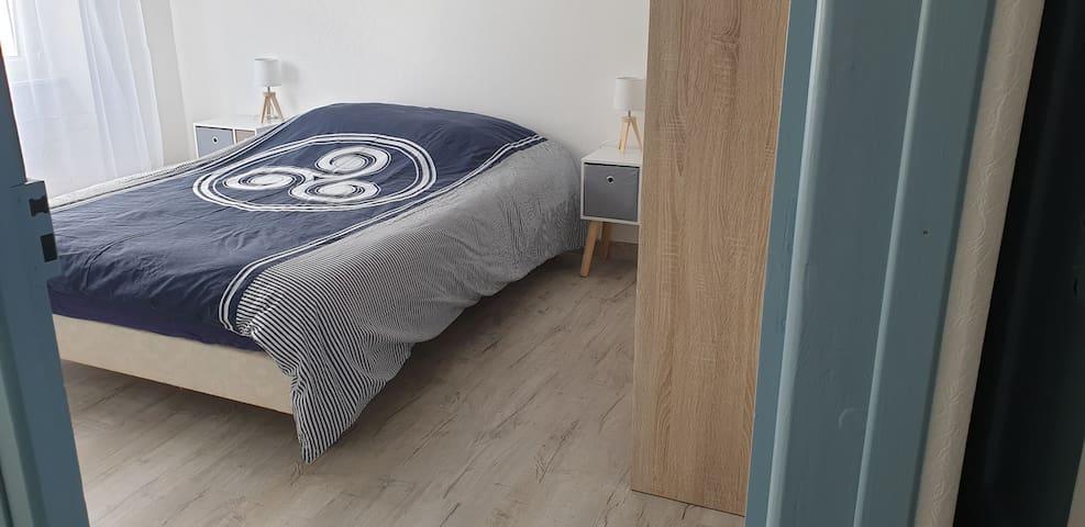 Deuxième chambre avec rangement et lit de 140