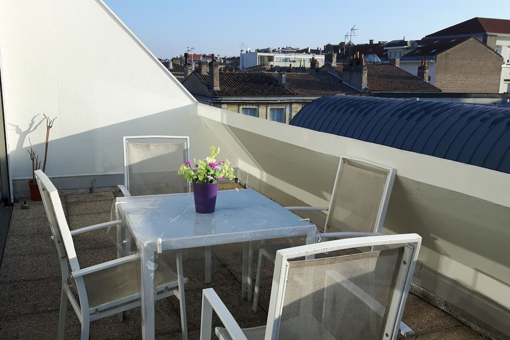 Joli studio centre ville terrasse appartements louer for Appartement bordeaux centre ville location
