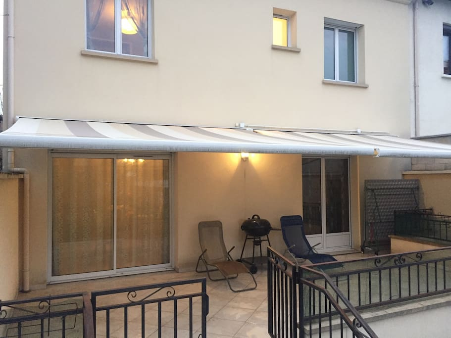 Terrace with the bbq and the electrical awning - Terrasse avec le barbecue et les stores electriques