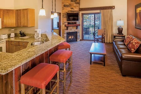 Glacier Canyon 2 bd/2bth: sleeps 8- Free Waterpark