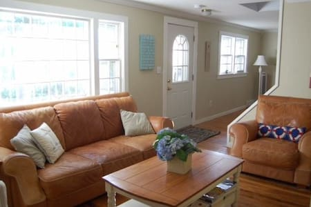HYANNISPORT ESCAPE -Short Walk to Beach & Downtown - Barnstable