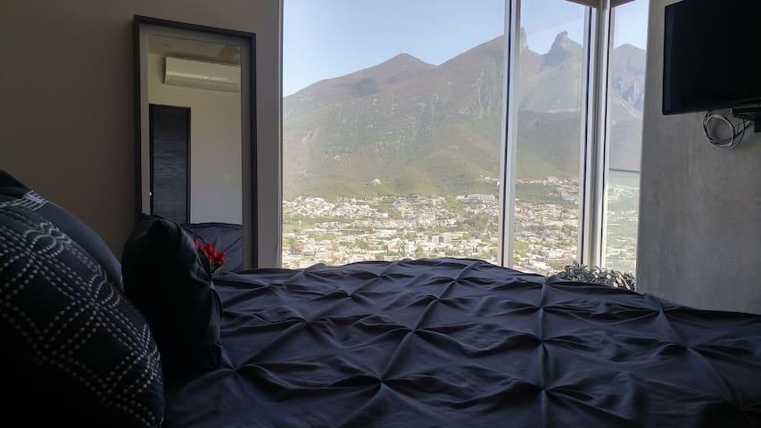 """Inmejorable vista de la recamara principal hacia el emblema de la cuidad de Monterrey, """"El cerro de la silla"""""""