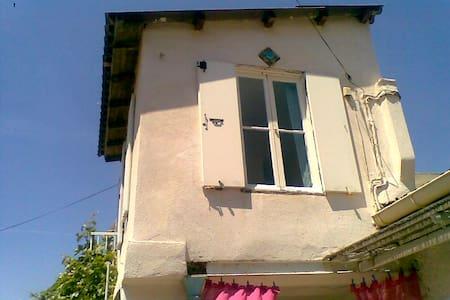Petite maison avec jardinet en bord de mer, plage - Marselha