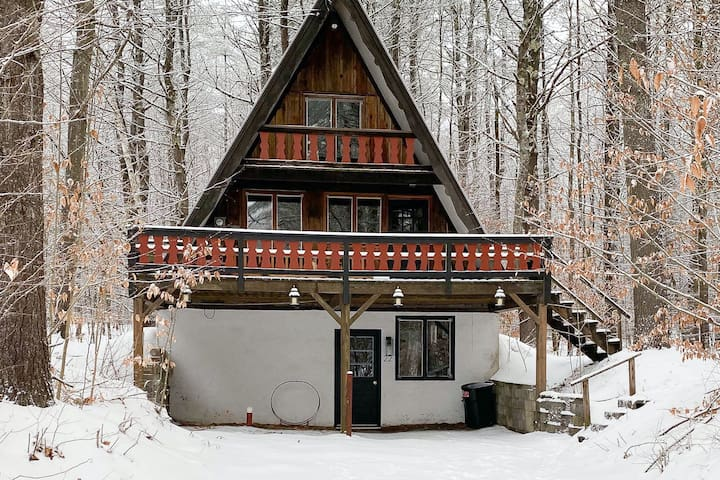 Dog-friendly mountain cabin w/forest views & large deck - close to ski resorts!