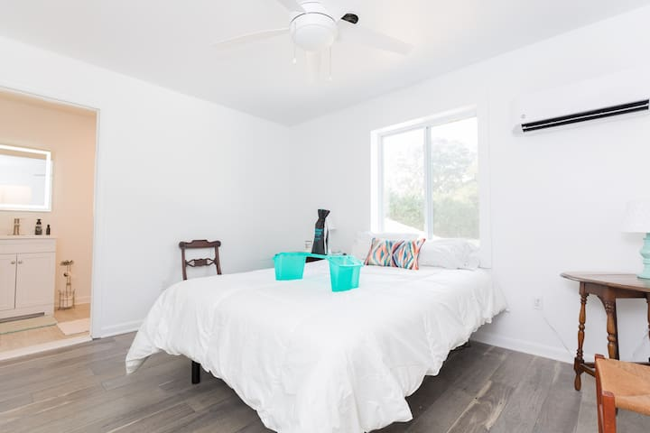 Creekside bedroom and private bath includes linens and towels. Air conditioning and heat are under your control. Be comfy! Bed tilts remotely for reading or snoring.
