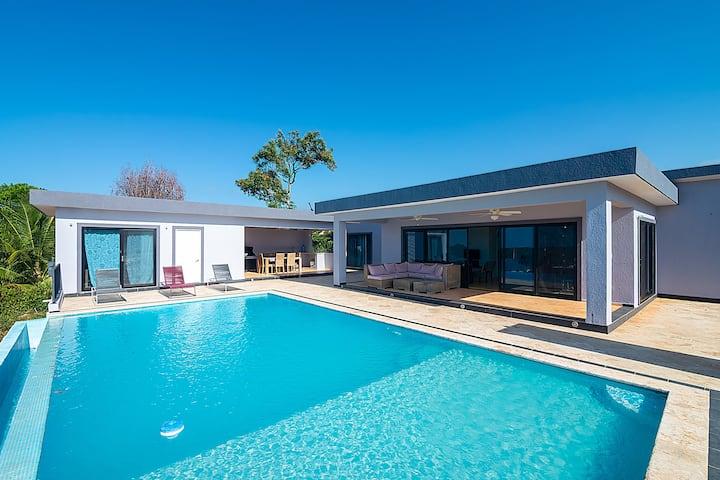 Beautiful 4 bedroom Luxury Villa!