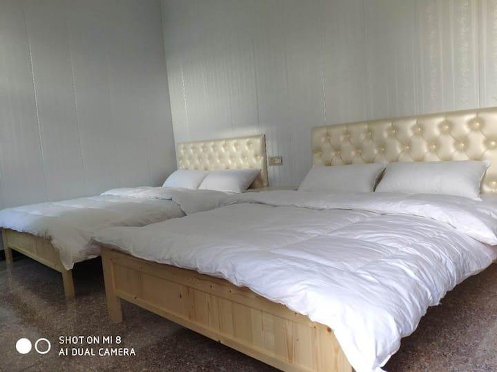 舒适双床房(独立卫浴)      酒店距离扬泰机场直线距离100米,酒店可免费停车。