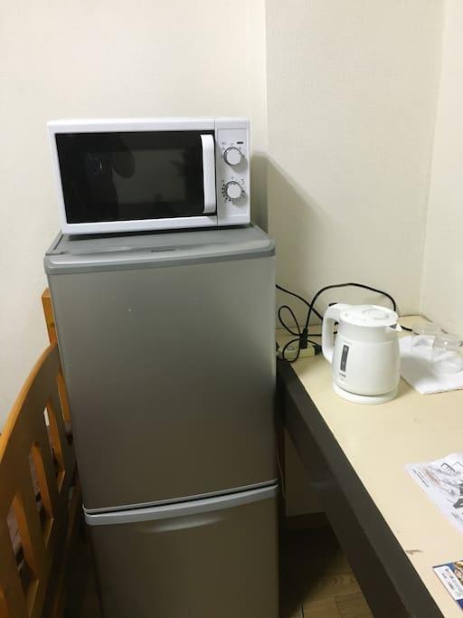 冷蔵庫、電子レンジ、ポットが無料です。