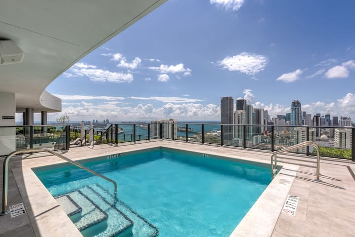 NEW LISTING! 2 Bed Penthouse sleeps 6 in Edgewater