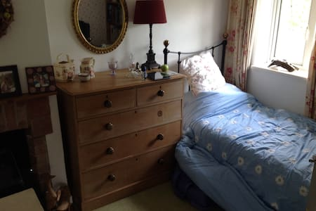single bed crash pad in a warm & friendly home - Haslemere - Huis