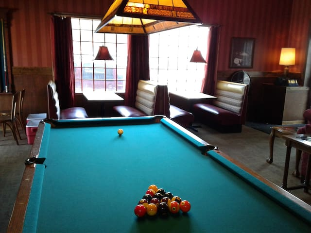 Studio C Speakeasy is a place to stay and play! - Wichita - Casa de hóspedes