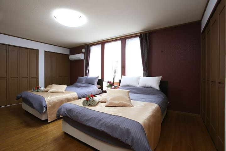 2nd bedroom there are 2 double beds and 1 single bed/ 第2间卧室有2张双人床和1张单人床。