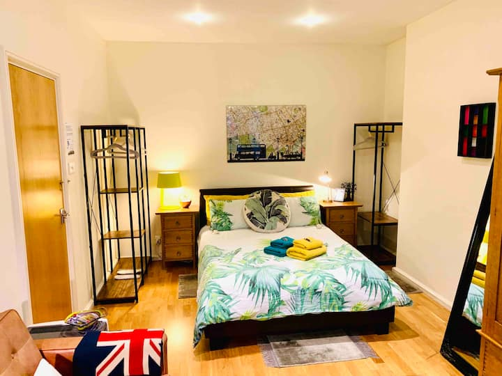 Massive room in Leicester Square +Free Breakfast