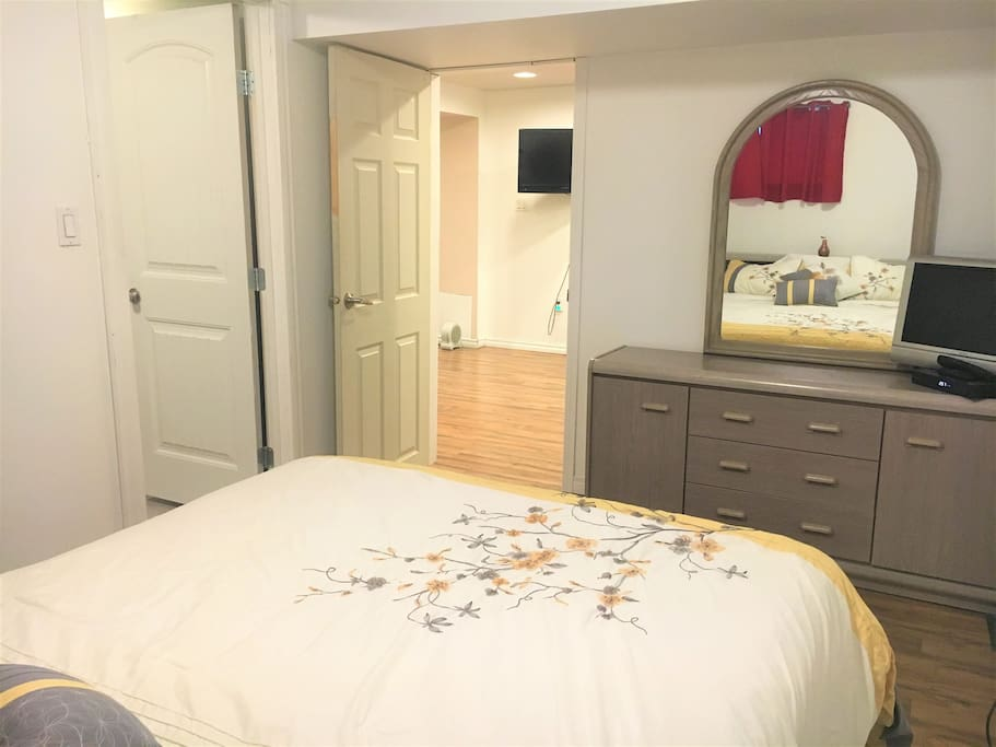 Cozy queen bedroom w private bath close to lrt houses for Best private dining rooms edmonton