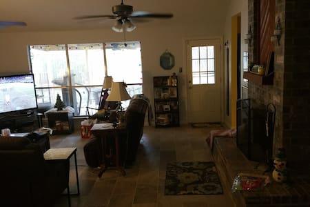 Houston Super Bowl room rental mins from IAH - ハンブル