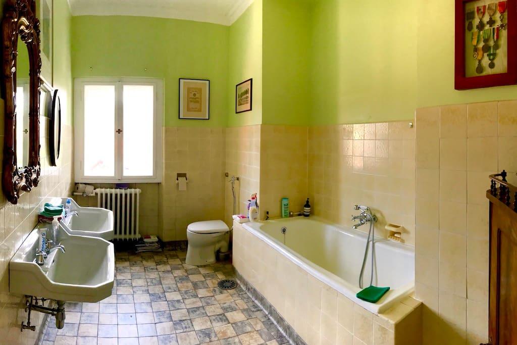 Badezimmer im Schlafzimmer mit einem Doppelbett. Dieses Badezimmer ist von der Abteilung für Denkmalschutz klassifiziert.