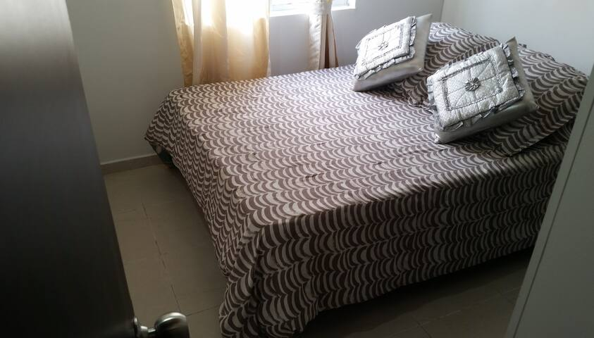 Room with a big bedroom and closet in Bucaramanga
