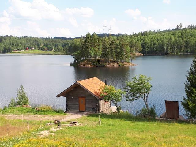 """""""Sjöbod"""" med alla bekvämligheter vid fiskesjö."""