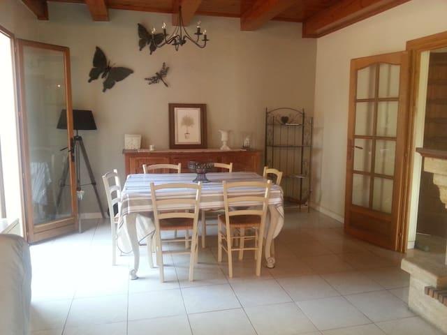 IDEAL FAMILLES: GITE de VACANCES en ARDECHE 6 pers - Malbosc - Dům
