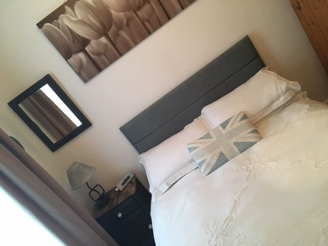 Double room in lovely quiet flat by Cottenham Park