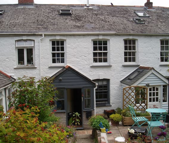 Secluded cottage close to amenities - Penryn