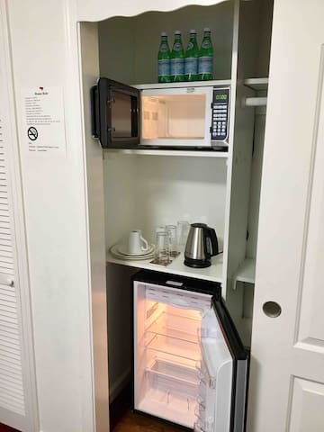Water, microwave, cattle, dishware and fridge/ Kitchenette