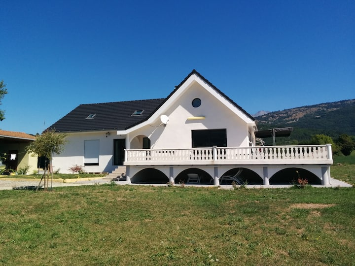villa blanche avec piscine