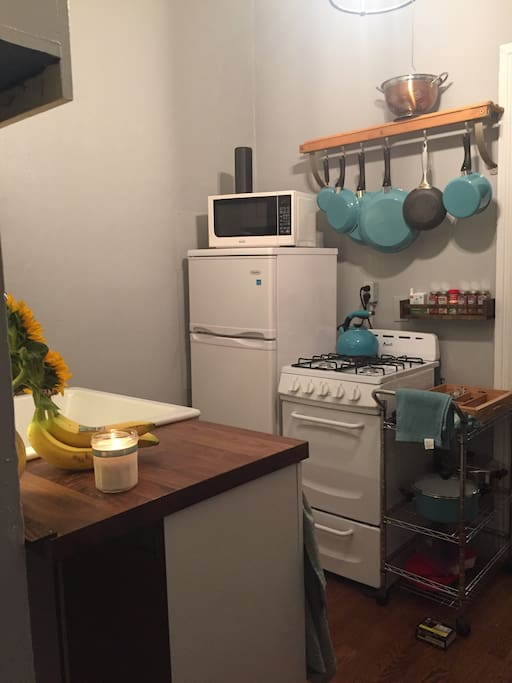 Brand new kitchen appliances and countertop/sink.  There is everything you need to make a home cooked meal during your stay-except the food!