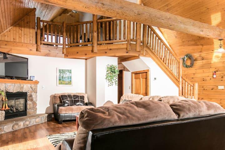 Log Cabin Lake Retreat 3.5BR - Private & Spacious