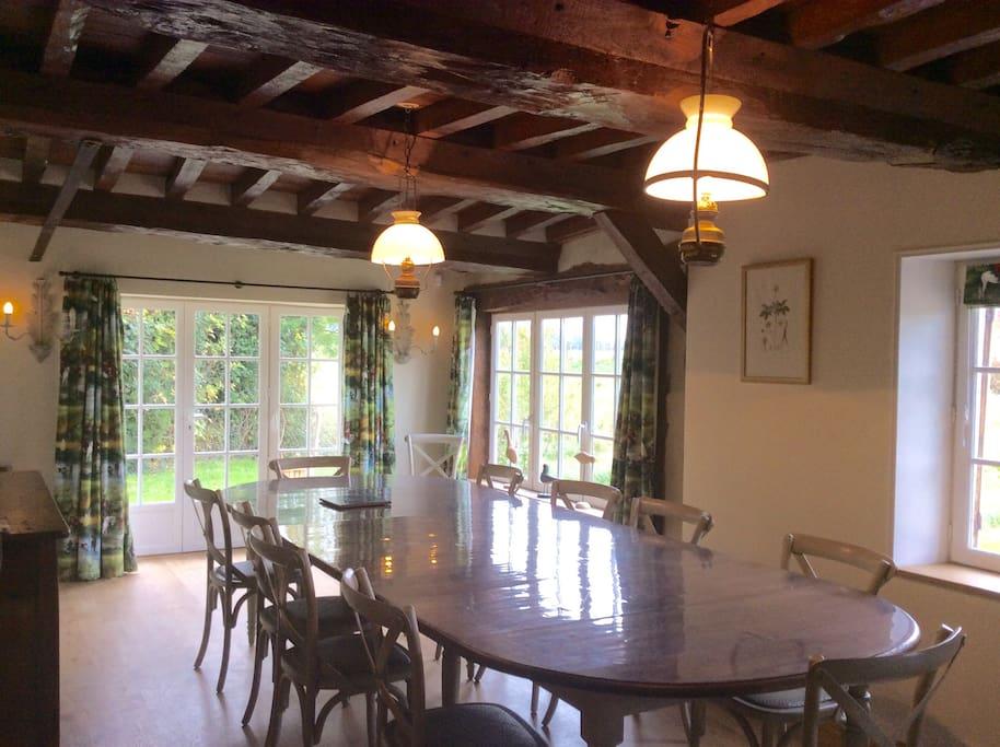 La salle à manger ouverte sur la terrasse et la campagne
