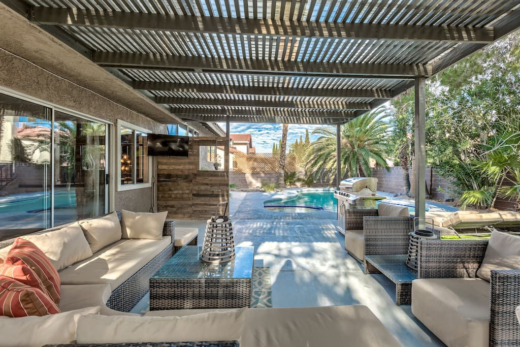 Prime winter getaway in perfect vegas location houses for Pool spa patio show las vegas