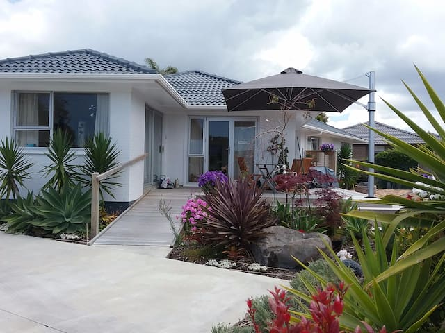 Welcoming home close to surf beach, cafes & shops