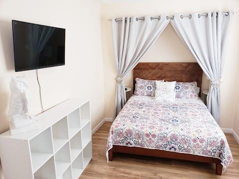 The Tipsy Inn: Ground-floor Bedroom
