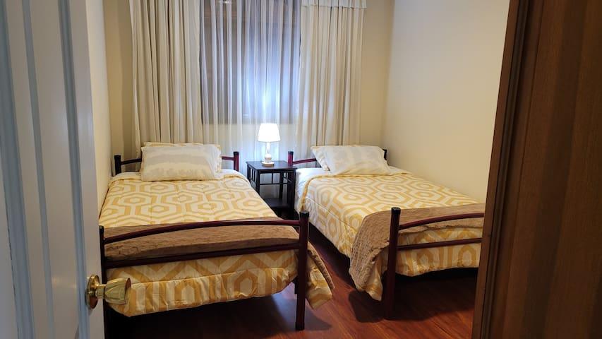 Este  cuarto tiene  dos camas de Plaza y 1/2   (twin- sized), con clóset grande con espejo