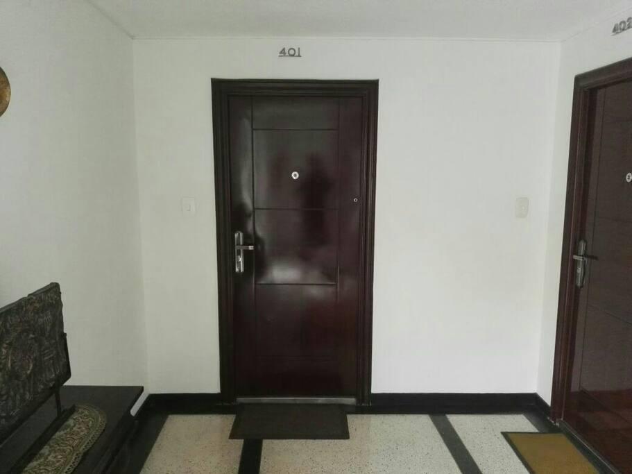 Puerta de ingreso al apartamento