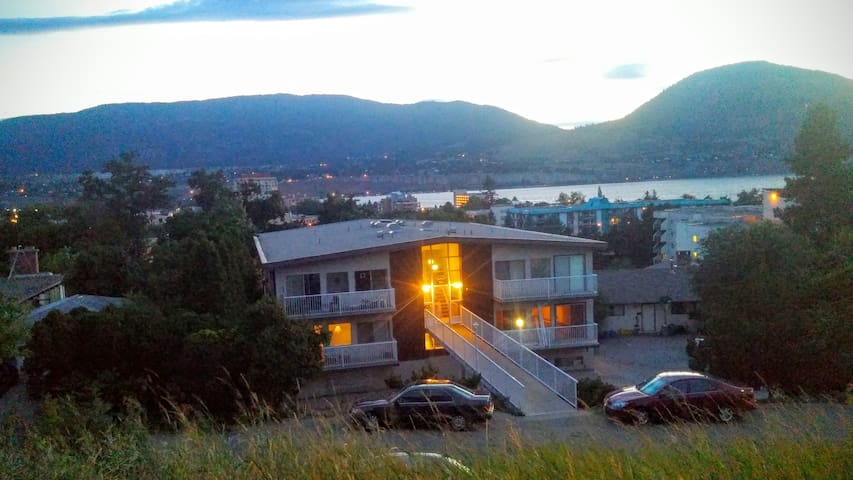 2 Bedroom apt, large patio, 2 blocks to beach. - Penticton - Leilighet