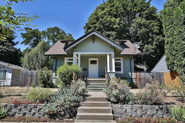 Close to airport, SE Portland bungalow.