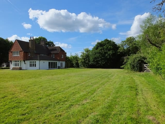 Luxury 5 Bed Home with Hot Tub near Guildford