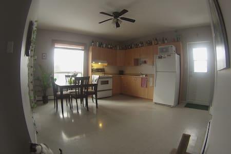 ** GRANDE CHAMBRE dans un loft ** - Saguenay