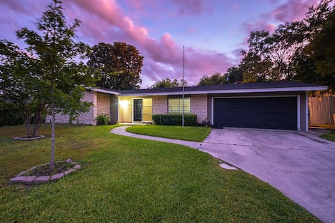 Centrally Located House w/ Pool
